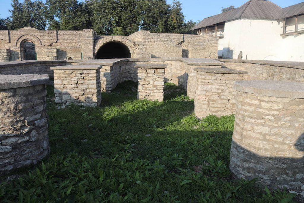 Фундамент одного из храмов Довмонтова города