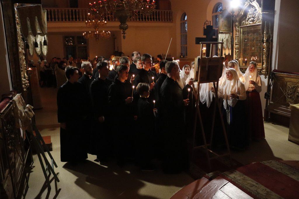 За богослужением пел хор их местных клирошан и гостей