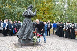 Возложение цветов к памятнику митрополита Андриана